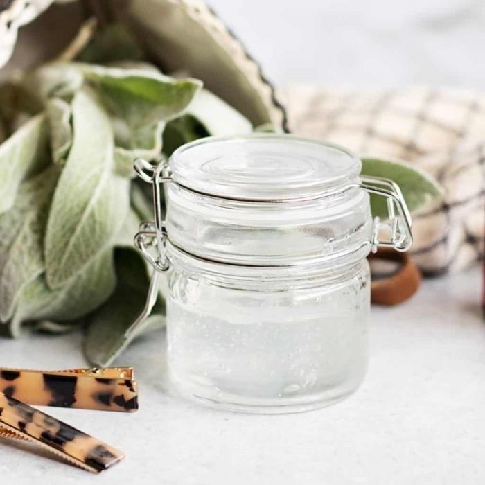 masque aloe vera maison pour cheveux contenant pot verre couvercle feuilles plantes vertes