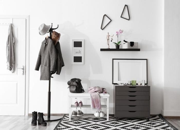 meuble gris anthracite tapis blanc et noir motifs géométriques couleur pour une entrée accueillante