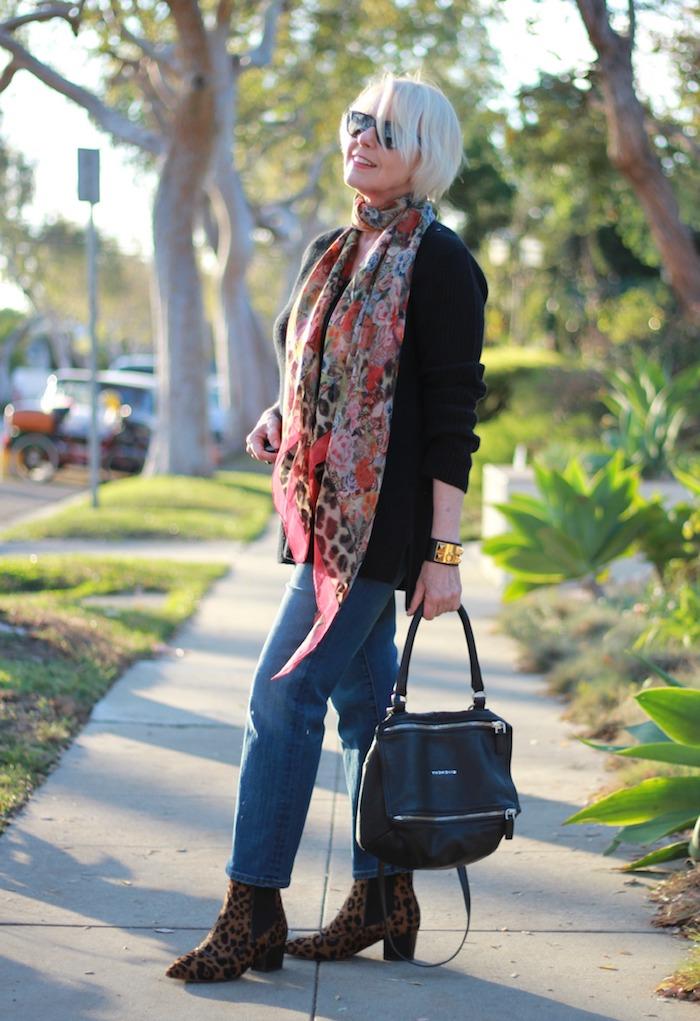 mode femme 60 ans femme stylée jean bottes imprimé léopard veste noire lunettes de soleil chic