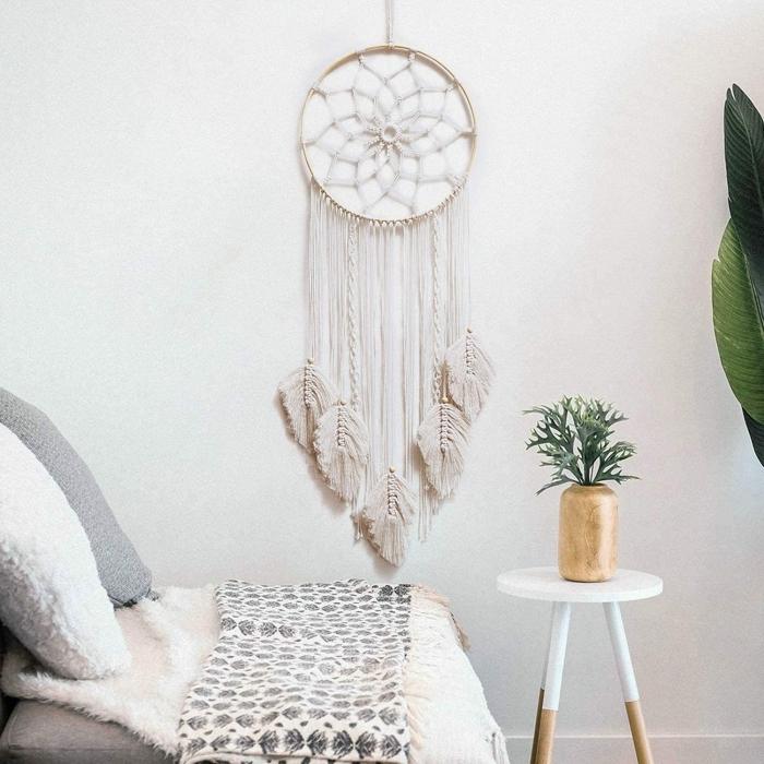 modele attrape reve avec plumes macramé en cordon coton naturel anneau bois vase bois table café