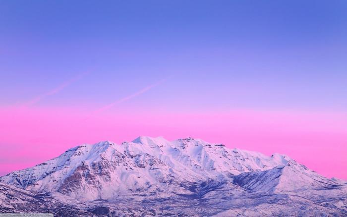 montagne enneigée paysage avec ciel rose et violet clair fond couleur pastel crátif