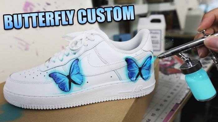 motif papillon bleu sur textile dessin sur chaussure blanche baskets sport technique diy