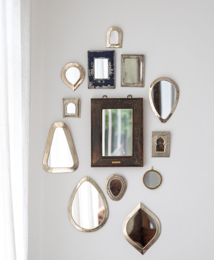mur de miroirs dépareillées vintage idee deco murale ou deco avec miroirs pour mur de salon gris perle