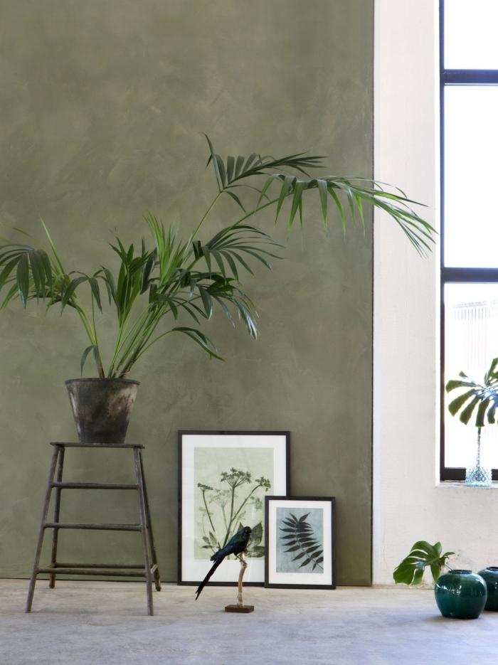 mur kaki peinture à effet plante verte vase turquoise art peinture cadre noir déco salon vert