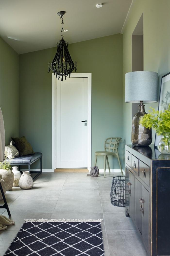 mur kaki tapis motifs géométriques noir franges blanches peinture vert décoration couloir