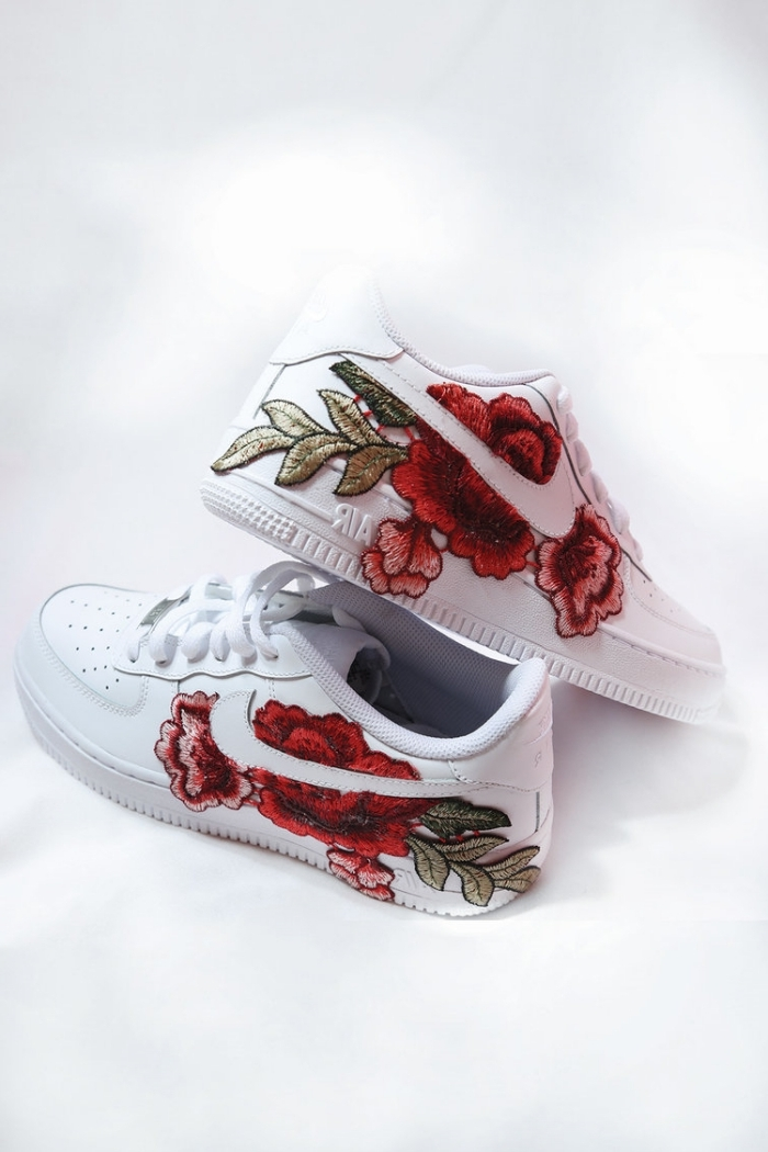 nike air force 1 customisé paire de chaussures blanches baskets mode style dentelle florale broderie