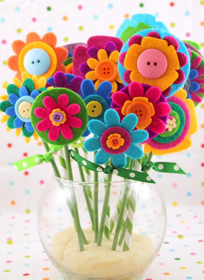 pailles et fleurs en feutrine colorées dans de la pâte idee cadeau fete des grand meres a faire soi meme