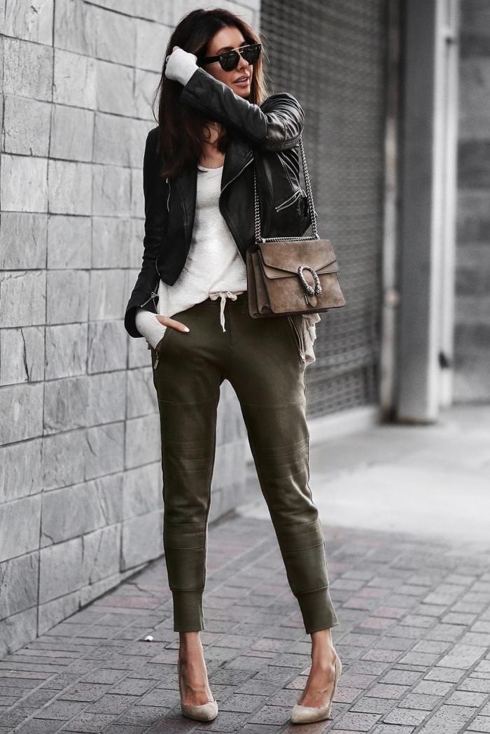 pantalon jogging femme habillée couleur kaki blouse blanche veste en cuir noir chaussures nude talons