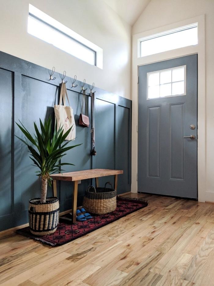 peindre couloir deux couleurs mur blanc banquette bois tapis rouge et noir plante verte