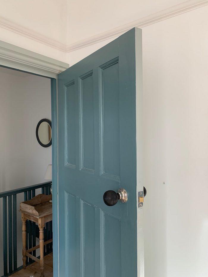 peindre porte intérieure 2 couleurs ave des brodures blancs qui donne vers l escalier