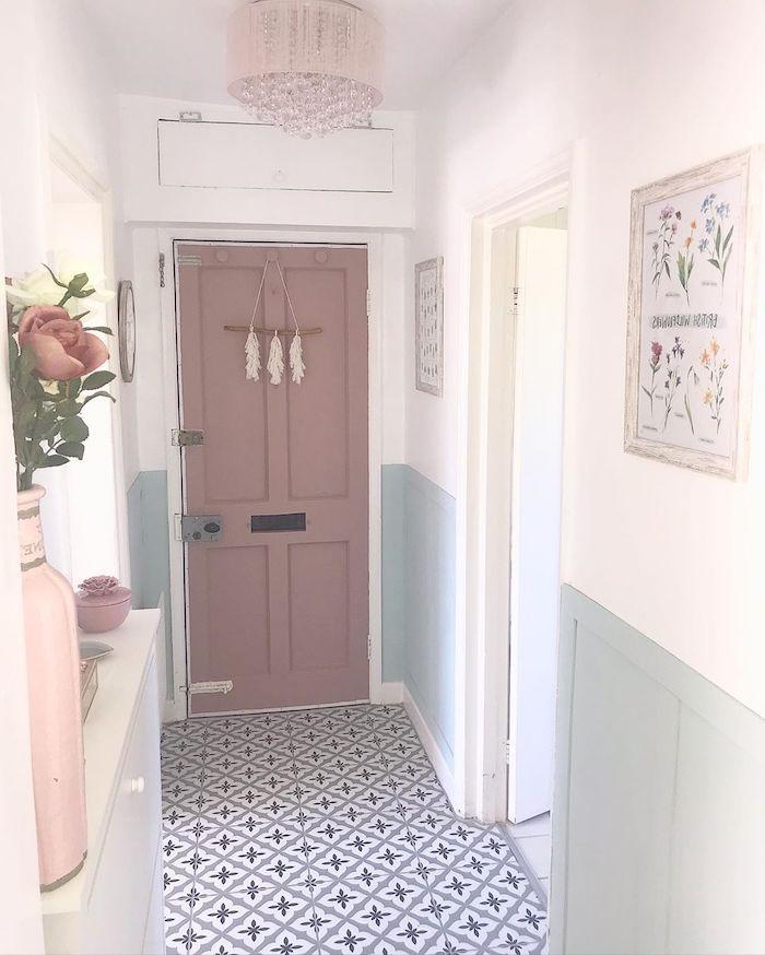 peindre une couloir deux couleurs des murs en blanc et menthe pastel une porte en couleur cendre de roses