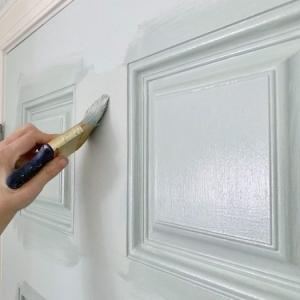 De quelle couleur peindre les portes d'un couloir selon l'espace et les tendances de la saison