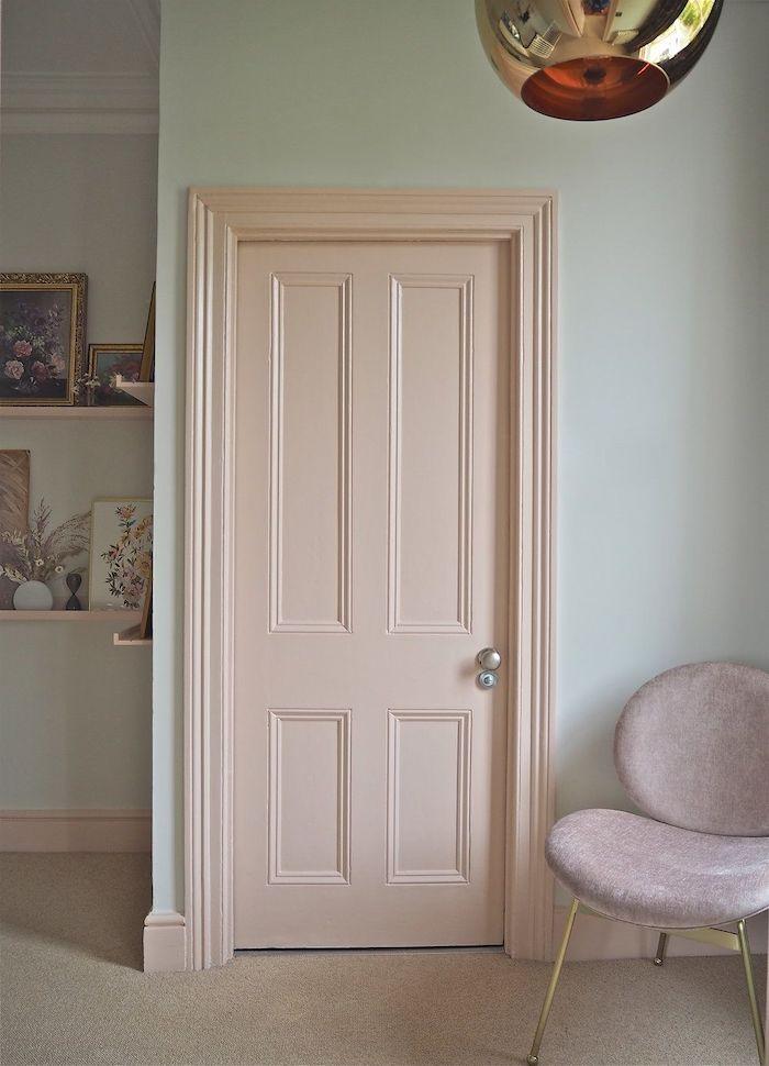 peindre une porte en couleur neutre beige sur un mur réséda claire une chaise en cuir a coté