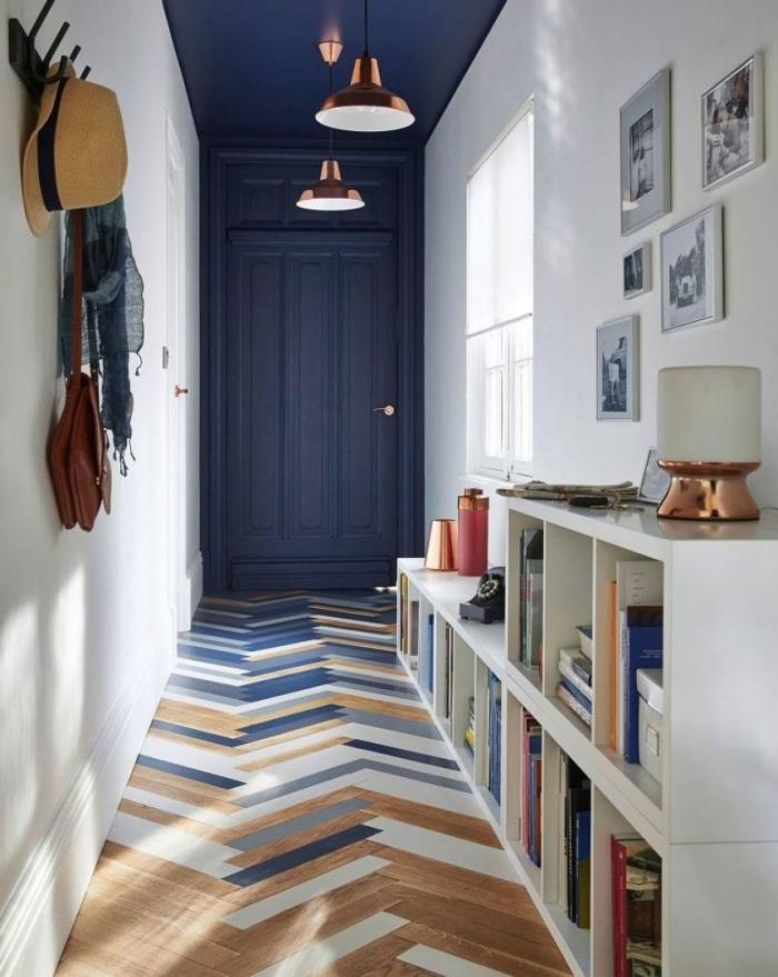peinture bleu foncé tendance revêtement sol multicolore peindre couloir deux couleurs