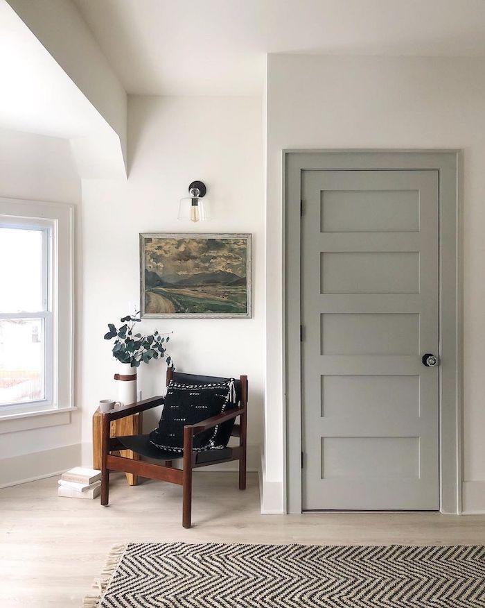 peinture couleur etroit des murs blancs une porte en gris claire et une chaise en bois a coté