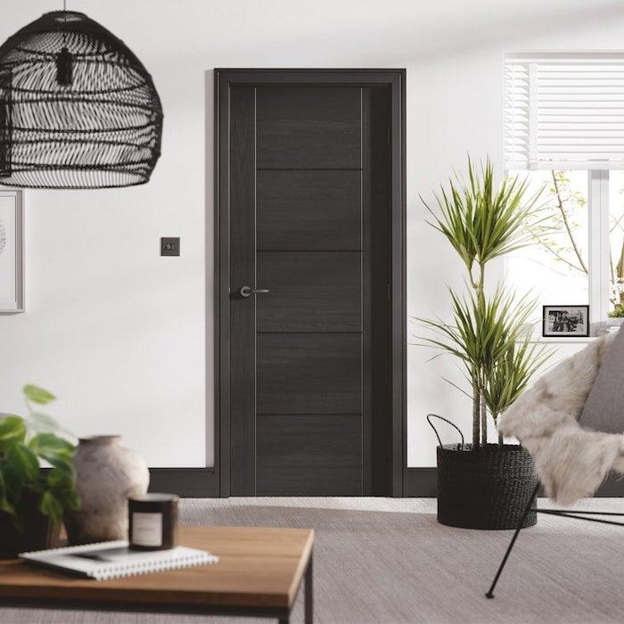 peinture couloir et portes en noir et blanc style minimaliste avec des plantes vertes