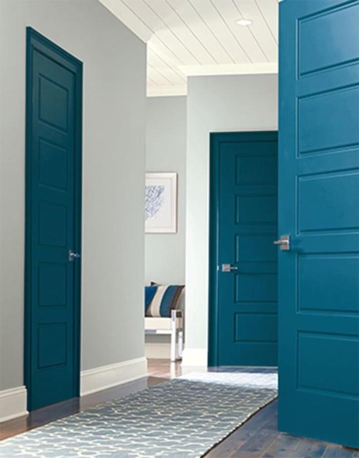 peinture couloir et portes peintes en bleu vid sur des murs en couleur neutre un canapé au fond de la pièce de quelle couleur peindre les portes d'un couloir