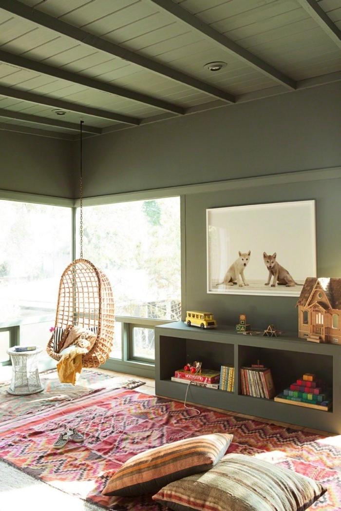 peinture mur kaki poutres apparentes plafond éclairage led spot chaise oeuf suspendue