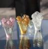 petites vases de la cristallerie daum avec des ornements en roses sur une table en verre