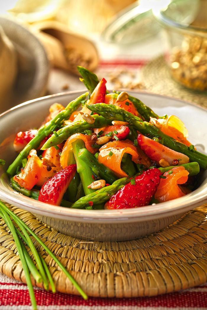 plat avec saumon fumé une salade avec des asperges des fraises et des graines