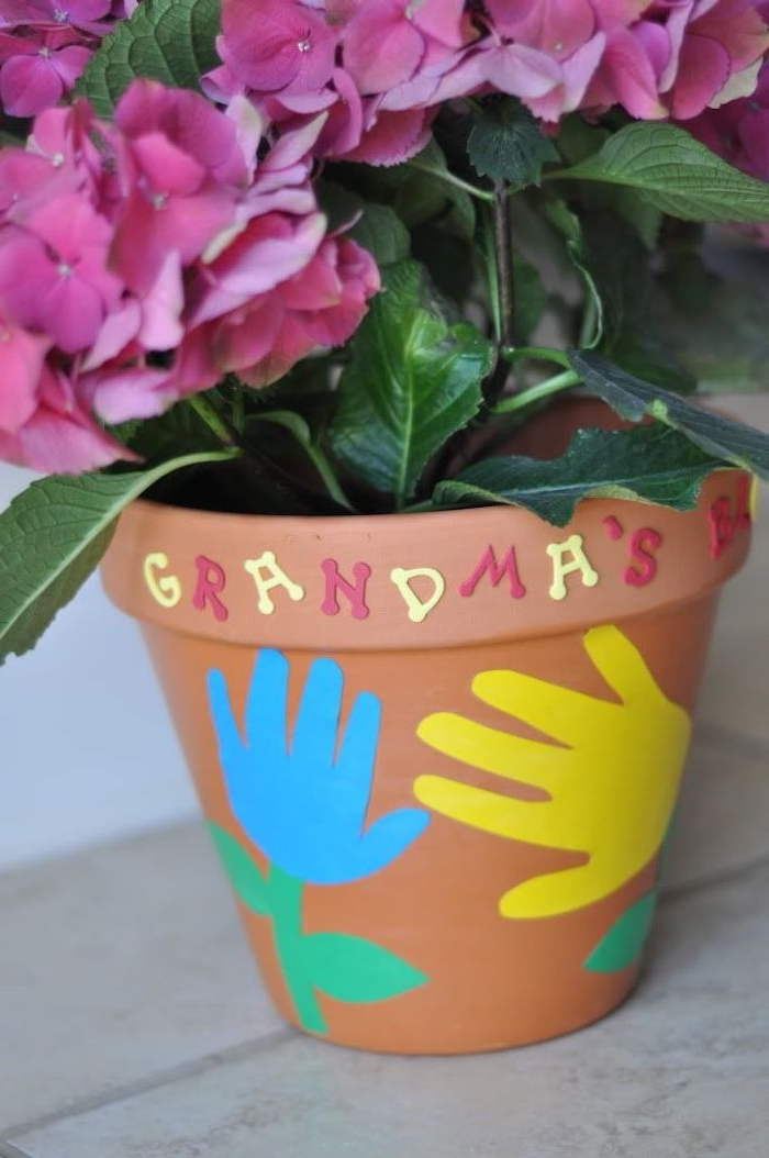 pot de fleur customisé de lettres colorées et des empreintes de main enfant fleur plantée en po cadeau fete des mamie simple a faire