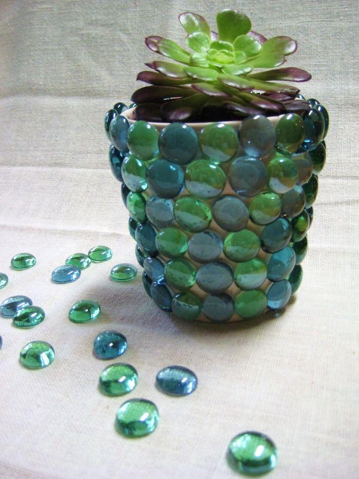 pot de fleur personnalisé avec des petites pierres non précieuses turquoises un succulent décoré