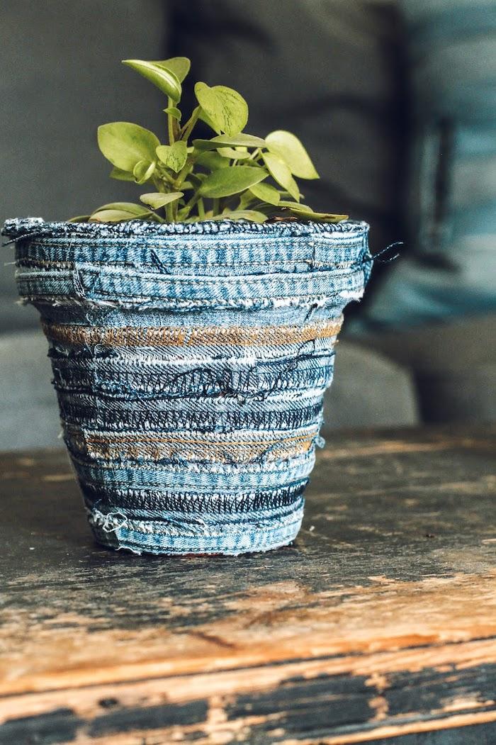 pot de fleur riginal décoré avec des tissu d un jean vieux posé sur une table vintage