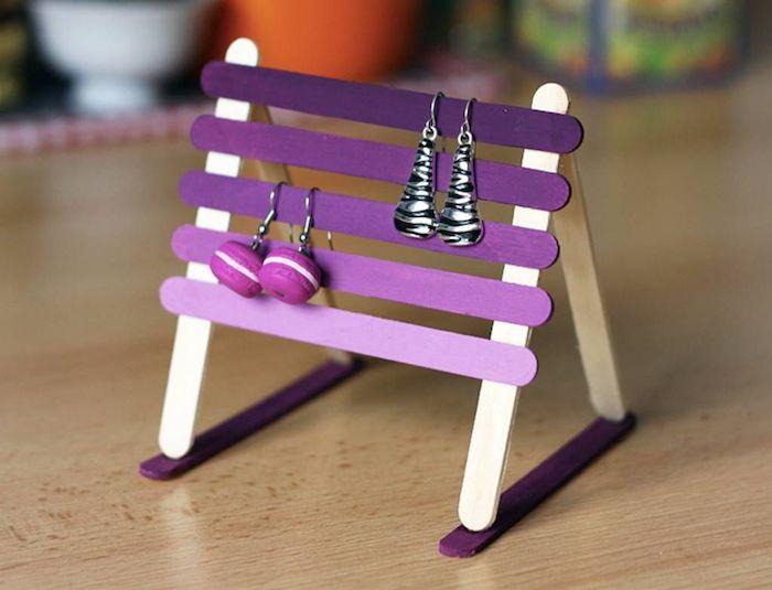 présentoir à bijoux de couleur violette pour ranger et organiser des boucles d oreilles diy activité fete des grand mere