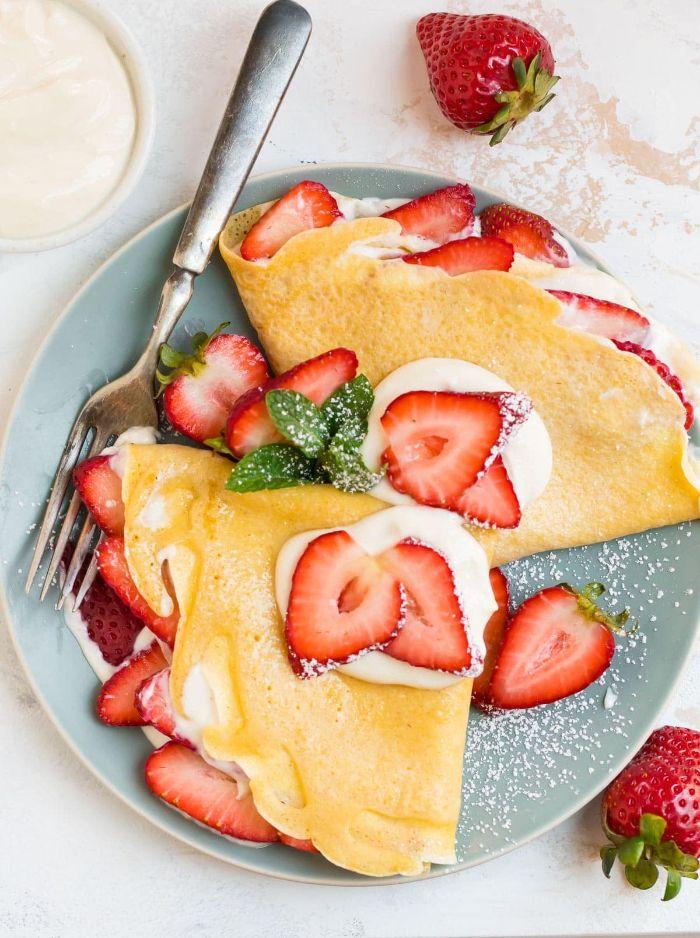 que faire avec des fraises recette crepe maison creme fraiche et tranches de fraise sucre poudre petit dejeuner romantique