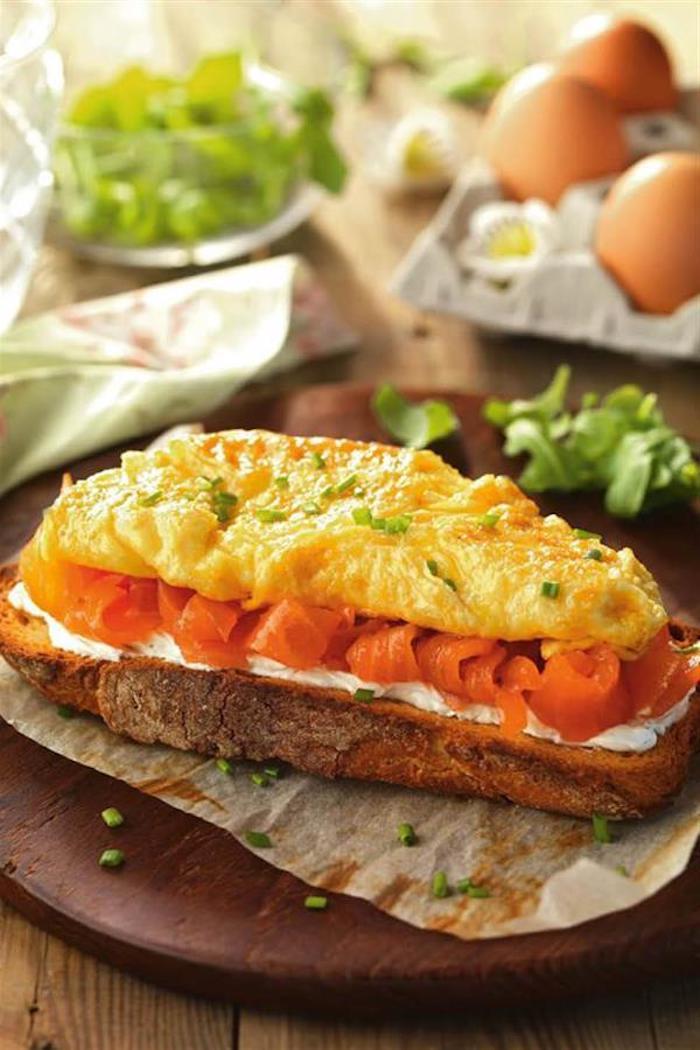 que manger avec des tranches de saumon fumé en tranches un toast avec une omlette et de l avocat