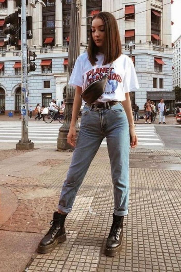 que mettre avec un jean mom des bottines doc martens et un t shirt aux imprimées un sac type banane en bandoulière