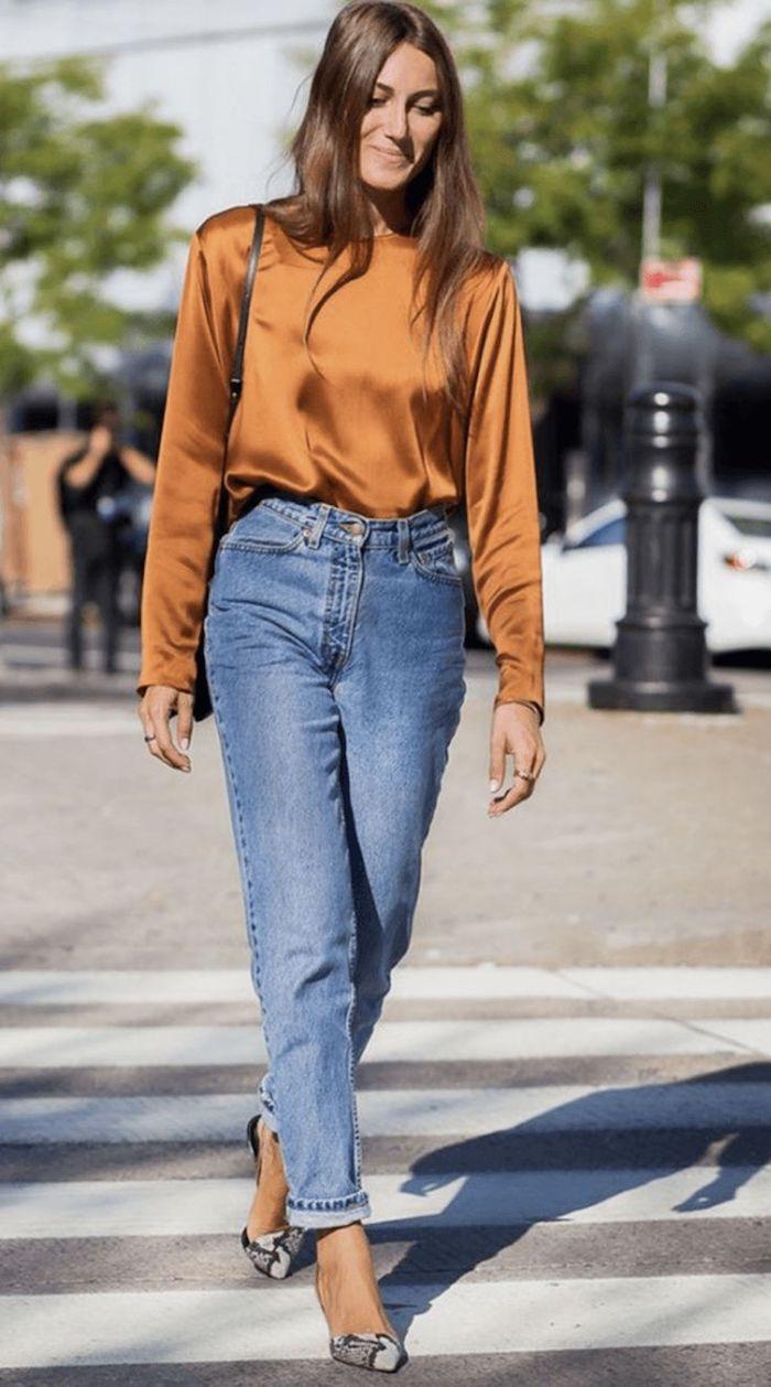 que mettre avec un jean mom des chaussures plats aux imprimées animalières et une blouse en soie orange