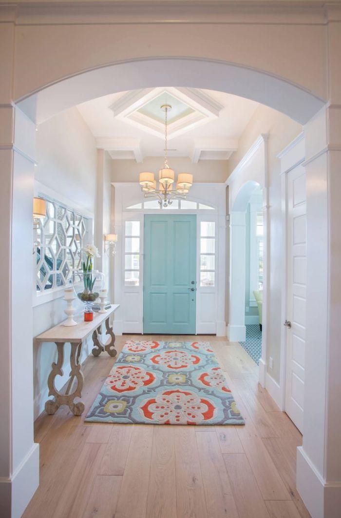 quelle couleur pour les portes avec des murs blancs un couloir ave porte d entrée en bleu clair et un tapi multicolore