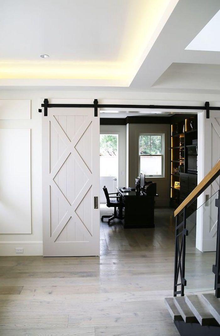 quelle couleur pour les potes avec des murs blancs une porte en scuulpture sur bois glissante a coté d un esclaier