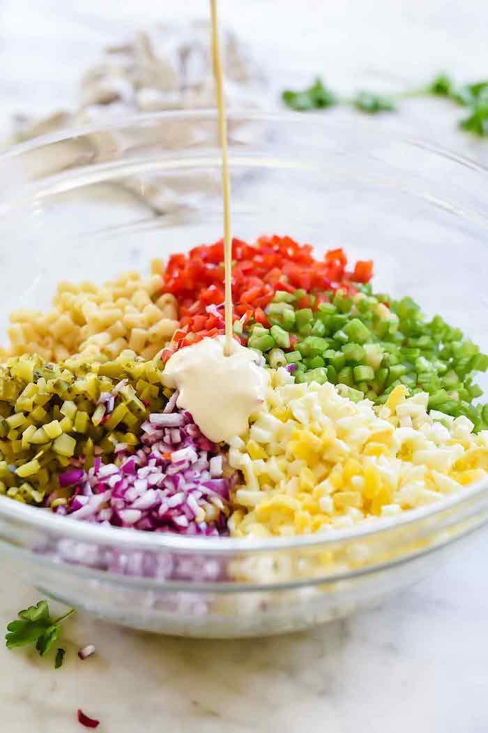 quelle garniture wrap de faire salade des pates légumes et sauce de mayonnaise dans un grand bol en verre