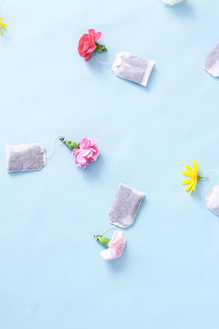 quoi offrir pour la fete des grand mere sachet de thé fleuri avec bouton de fleur noué sur l extrémité