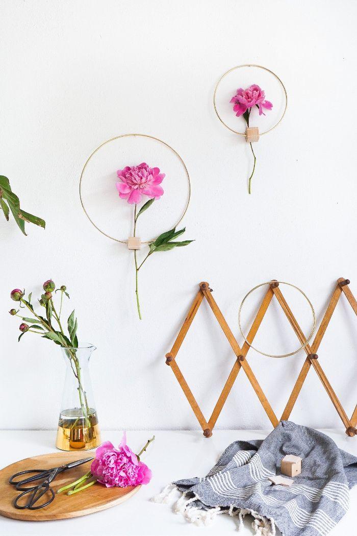 realiser activité manuelle printemps cerceau doré et deco brin de fleur dans le trou d un cube de bois deco murale tendance