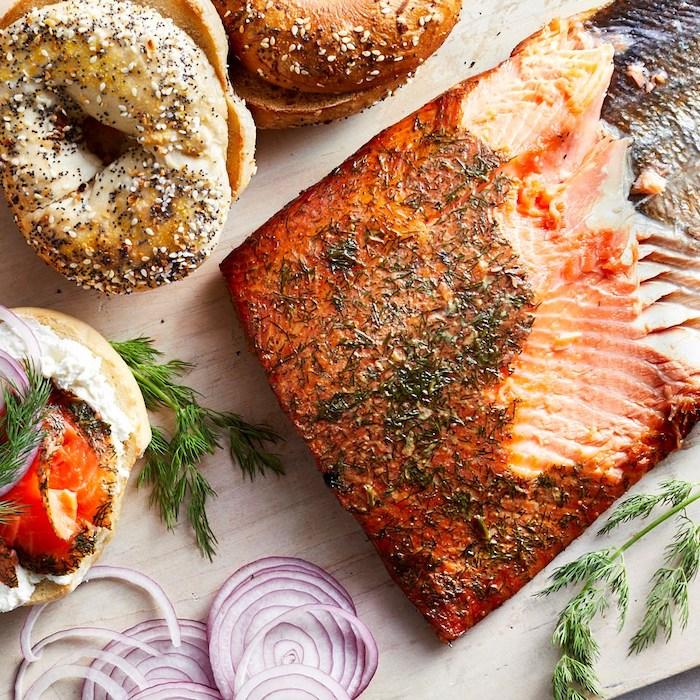 recette au saumon fumé servi avec des bagels des tranches de l oignon