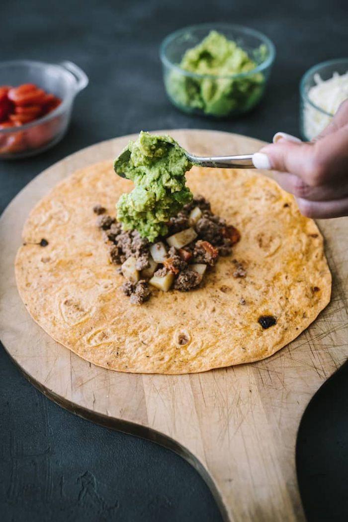 recette avec tortillas pour un wrap maison avec de l avocat de viande haché et des tomates