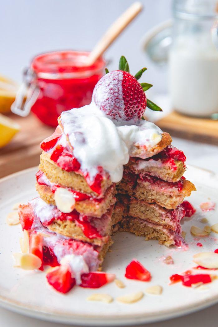 recette pancake à la farine d avoine avec confiture de fraises et crème de coco fouetée dans assiette blanche