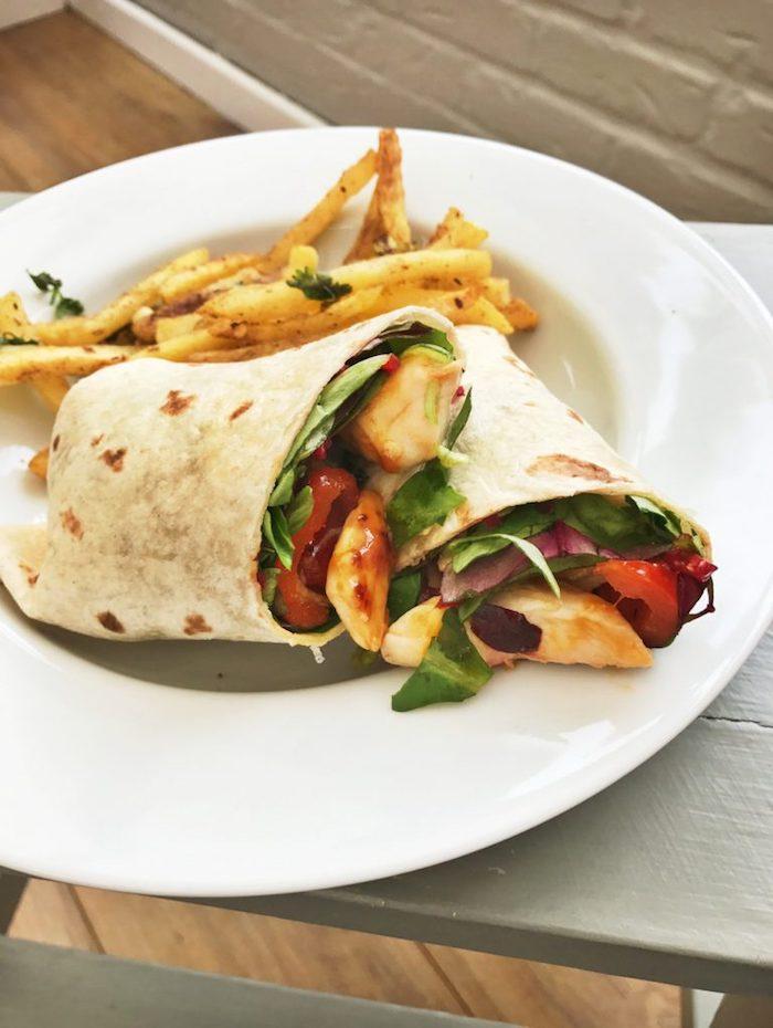 recette torilla wrap avec des frites et des legumes frais servie dans une assiette blanche