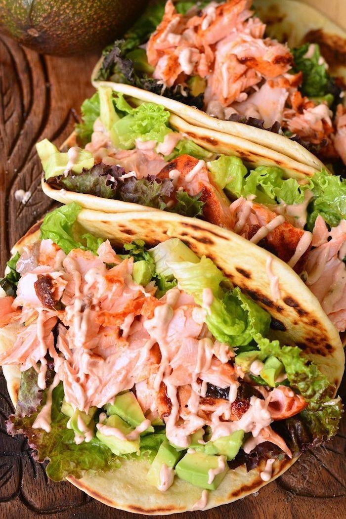 recette wrap saumon dans dpain lavash avec de la laitue et une sauce rose