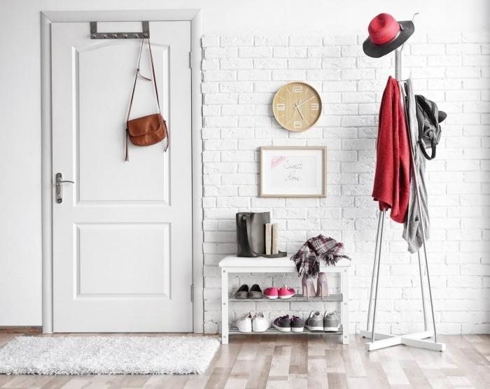revêtement mur briques blanches cadre bois hall d entrée tapis moelleux blanc horloge bois