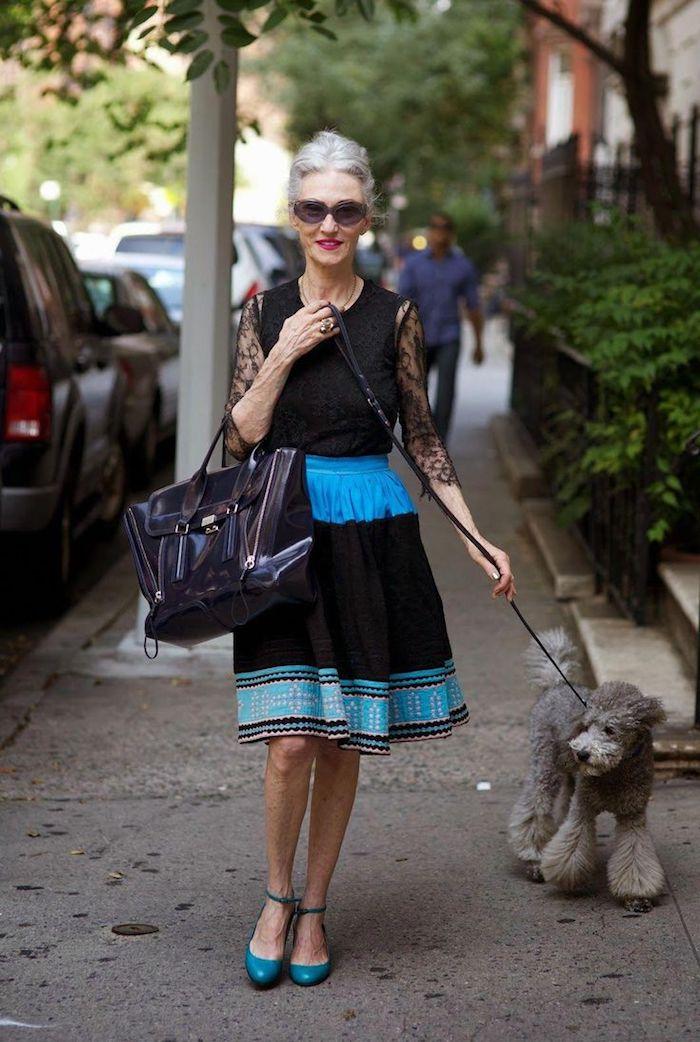 robe chic femme 60 ans bleu et noir avec des manches en dentelle chaussures bleues sac à main noir