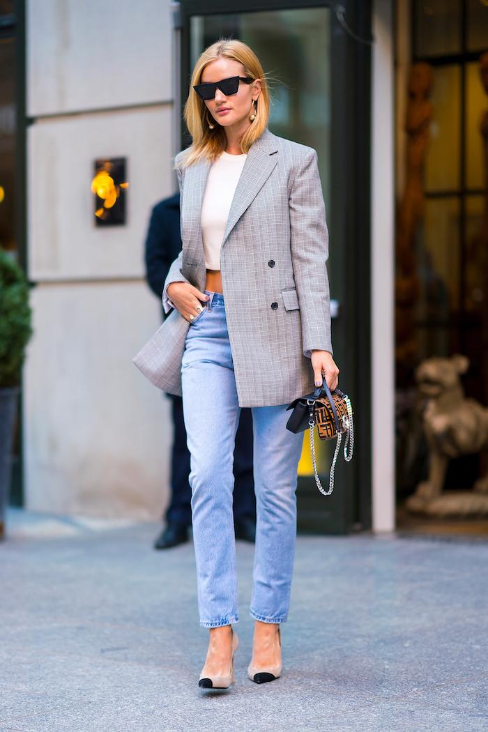 exemple tenue avec jean , veste gris long et top blanc sans manches