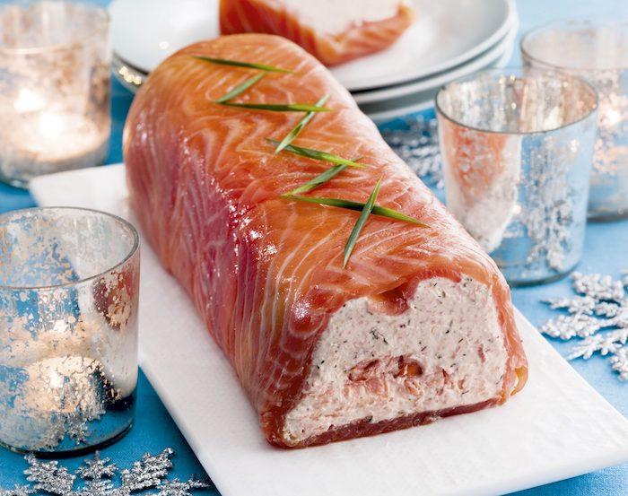 roulé saumon fumé sur une tabe de noel garnie de romarin