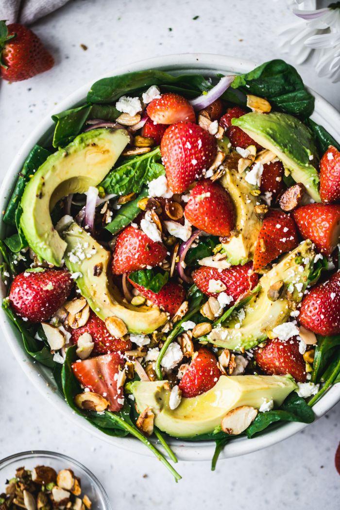 salade composée originale aux épinards fraises avocat amandes grillées feta et pistaches avec vinaigrette balsamique