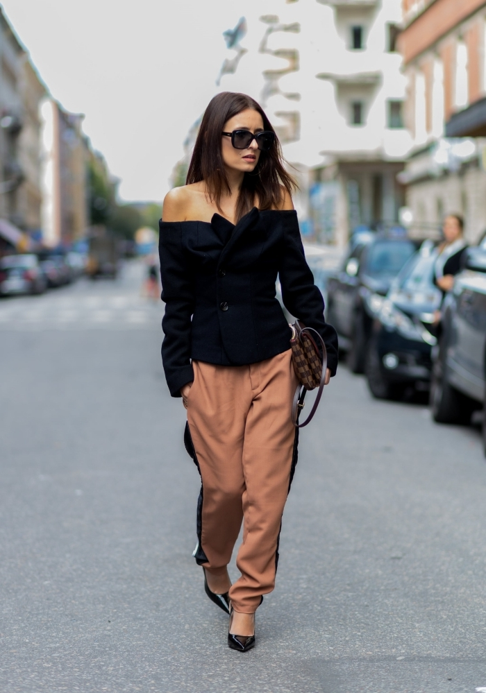 street style femme pantalon camel bandes noires sur côté top noir col bateau lunettes soleil