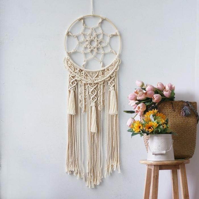 suspension murale avec glands cordon beige ttrape rêve macramé cercle a broder bois bouquet fleurs