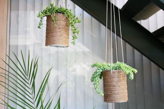 suspension plante avec un ficelle de jute accrcoches au dessous de l escalier pres d une palme